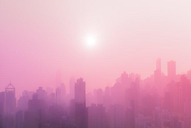 Британию накрыло розовым туманом: в чем причина необычного феномена