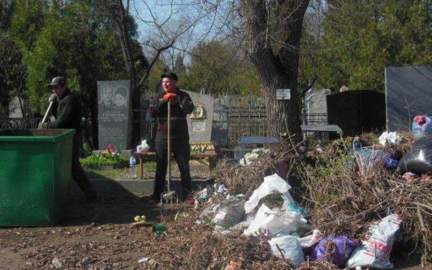 Горить і смердить: кияни перетворили кладовище в смітник
