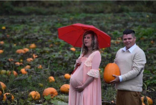 """Пара родила """"чужого"""" в поле и устроила семейную фотосессию"""
