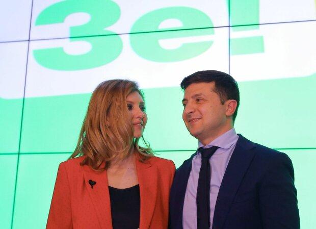 Зеленский с бокалом игристого, куча женщин и загадочная Елена: уникальные снимки семьи президента облетели сеть
