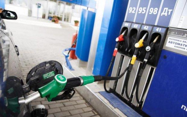 В рамках акции протеста под Кабмином активисты озвучили требования не повышать цены на топливо