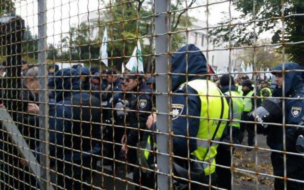 Паралізований центр та тисячі обурених: активісти оточили Раду