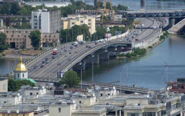 Київський міст взяв у заручники вантажівку: відео