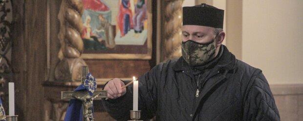 """Чернівецький капелан зігріває серця захисників України на фронті: """"Привожу домашню їжу та теплий одяг"""""""