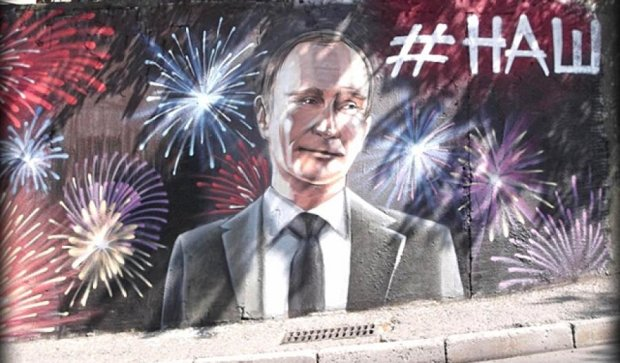 """Культ особистості: вулиці Криму """"прикрашають"""" графіті з Путіним (фото)"""