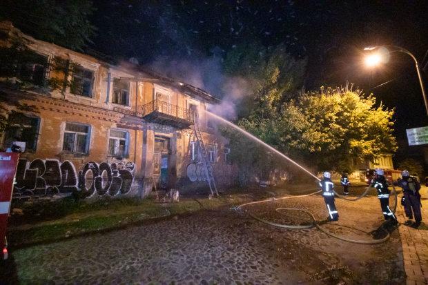 Вночі у Києві спалахнув будинок, пожежники мчали зі всього міста: люди могли не прокинутися