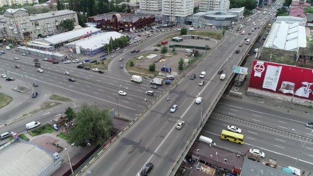 Купа техніки та стовп пилу: біля київського метро відбувається щось страшне