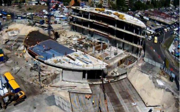 Киевляне в шоке: круг на Героев Днепра залили бетоном