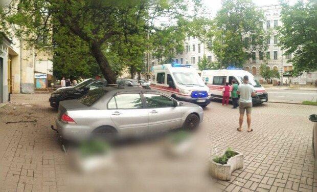 В Киеве молодая мама сиганула из окна с ребенком на руках - малыш кричит от боли, медики летят