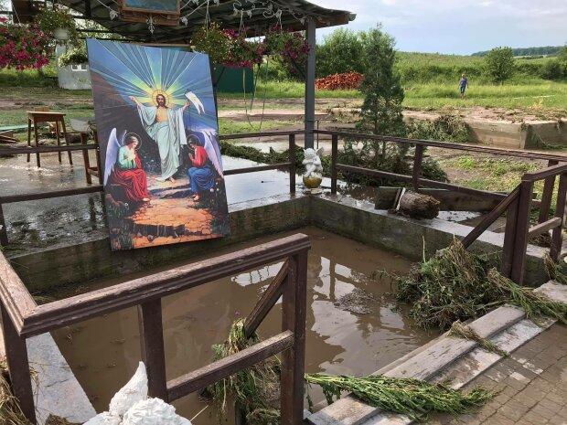 На Тернопільщині злива знищила святиню, ікони плавають у воді - віруючі в жаху