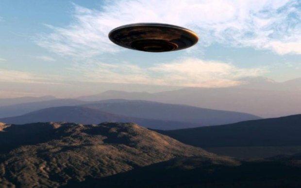 Сверкающий НЛО заслепил собой Сонце: видео