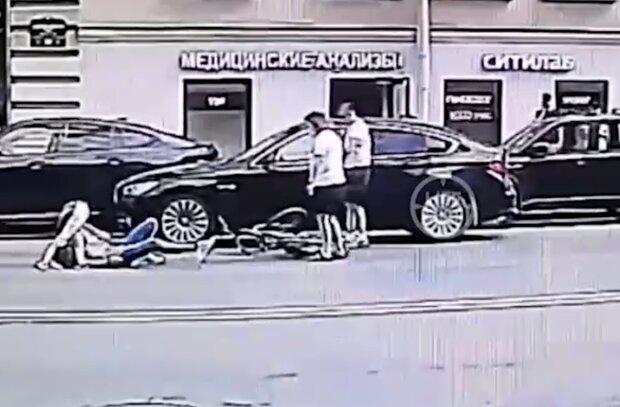 Велосипедистка врізалась у поліційне авто, кадр з відео