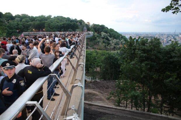 Заказчик печально известного стеклянного моста Кличко сбежал из Украины: билет в один конец