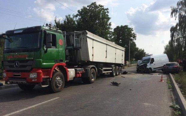 Вантажівка і три легковики: кривава ДТП під Рівним сколихнула Україну