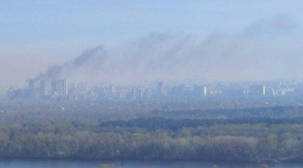 У Києві палає Троєщина, густий дим оповив житловий масив, пожежники летять - перші подробиці
