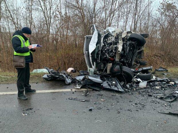 Під Львовом Audi влетів у Mercedes, троє загиблих - кров і покришки по всій дорозі