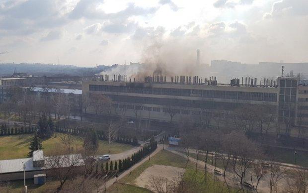 В сети показали жуткие кадры пожара на харьковском заводе