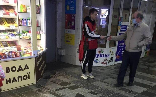 В харківському метро роздають газети від Добкіна: ні масок, ні рукавичок