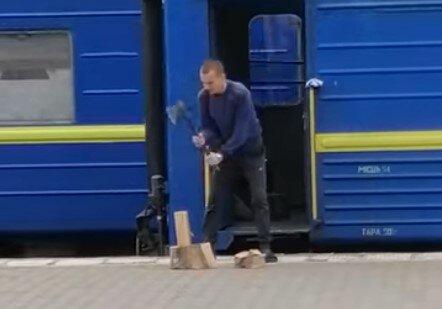 """Укрзализныця призналась, зачем проводник рубил дрова на перроне: """"Что дают, тем и топят"""""""