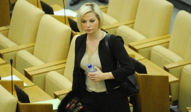 Единороссы наказали жену депутата-беглеца Максакову