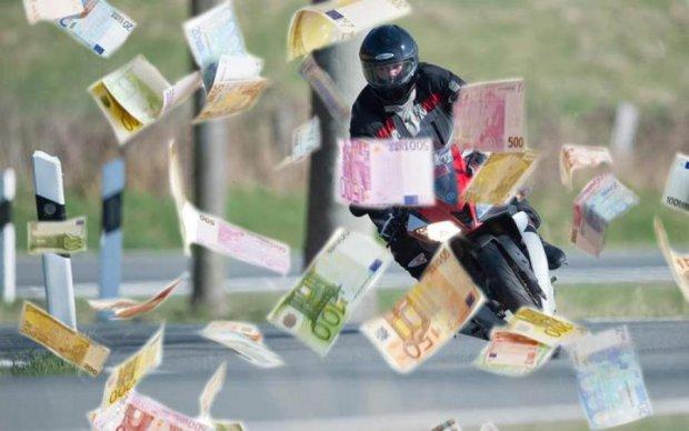 Мотоциклист рассыпал по дороге 265 000 грн