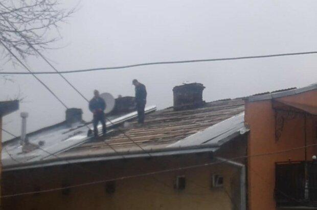 У Львові крадуть покриття даху, фото з фейсбук