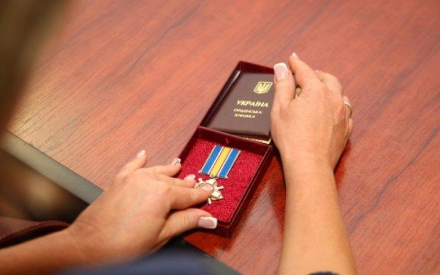 Сестра погибшего украинского десантника хочет вернуть властям его орден