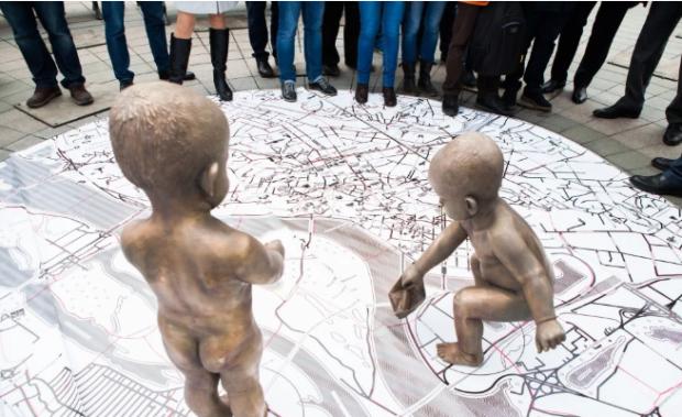 На Почтовой скульптуры детей-основателей Киева утеплили к Рождеству