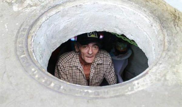 Сімейна пара 22 роки живе в каналізації - очевидці зайшли в житло і обімліли