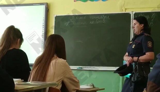 У Білорусі міліція їздить по школах, скріншот з відео
