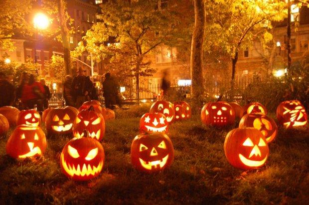 В честь Хэллоуина нечисть плавала на досках, гребла метлами и жертвовала свои носки: фото