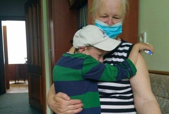 """Маленький украинец-сирота страдает от тяжелого заболевания, бабушка умоляет о помощи: """"Эдик хочет жить"""""""