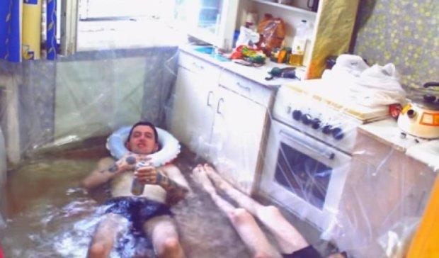 Відеоблогери перетворили кухню на море