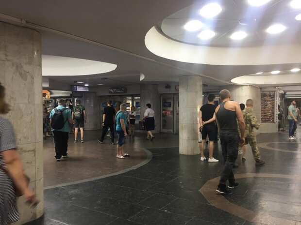 """Люди сильно нервничают: в харьковском метро взяли """"в плен"""" сотни пассажиров"""