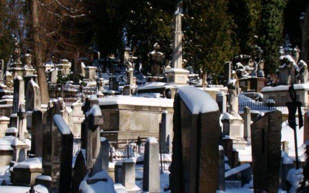 Поглумився над мертвими: жахливий злочин шокував Україну