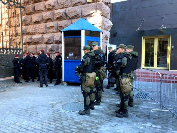 3 пункти ганьби: столична мерія відгородилася від киян парканами і охороною, люди лютують