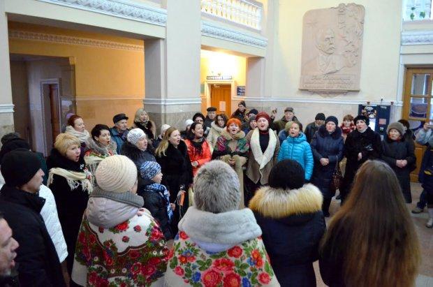 """Грандіозний флешмоб влаштували на київському вокзалі: 200 виконавців заспівали """"Щедрик"""""""