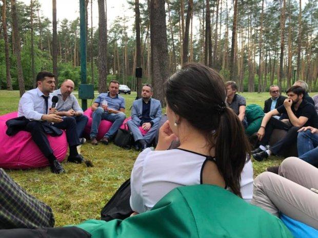 """Зеленский устроил журналистам вечеринку в лесу с вином и шаурмой: """"Рассказал о самом наболевшем"""""""