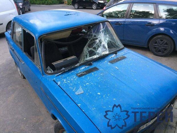 """Старенький """"Жигуль"""" помер у центрі Тернополя - розтрощені шибки і матюки на багажнику"""