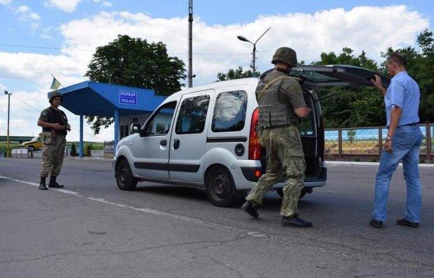 Перший день воєнного стану: на дорогах з'явилися блокпости, копи почали перевірки автомобілів