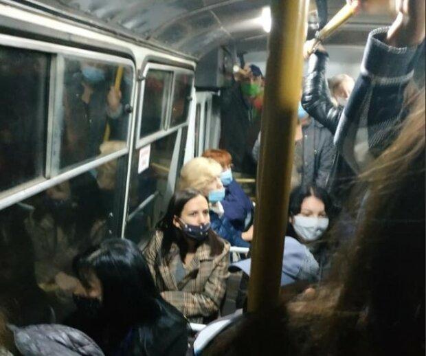 Переповнені маршрутки на Буковині, фото з фейсбук