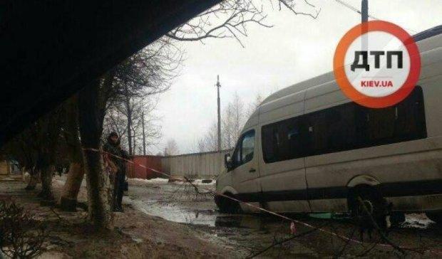 Маршрутка провалилась в люк под Киевом