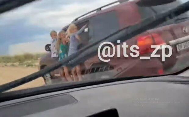 Детей катают на машине на скорости, скриншот