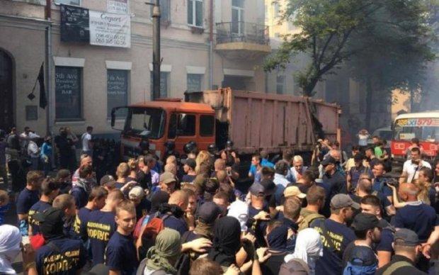 Газовые баллончики и эвакуаторы: митингующие взяли в осаду Раду