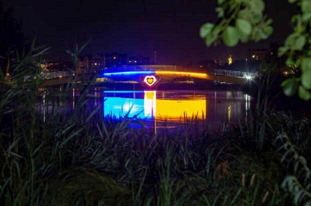 Во Франковске зажгли мост ради влюбленных