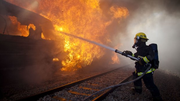 Під Києвом спалахнув потяг: нещасний ледь не згорів живцем, моторошні подробиці