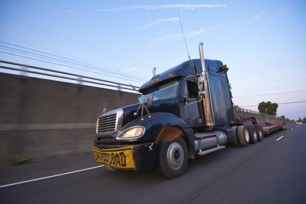 Мать чудом спасла сына из-под колес огромного грузовика: кадры, от которых замирает сердце