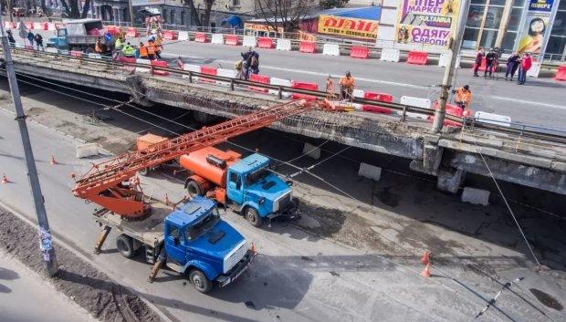 Півстоліття простояв, простоїть ще півроку: ремонт Шулявського шляхопроводу перенесли