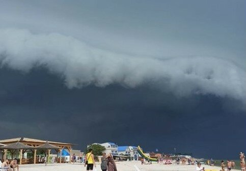 """Над популярними запорізьким курортом нависло """"небесне"""" цунамі - від побаченого перехоплює подих"""