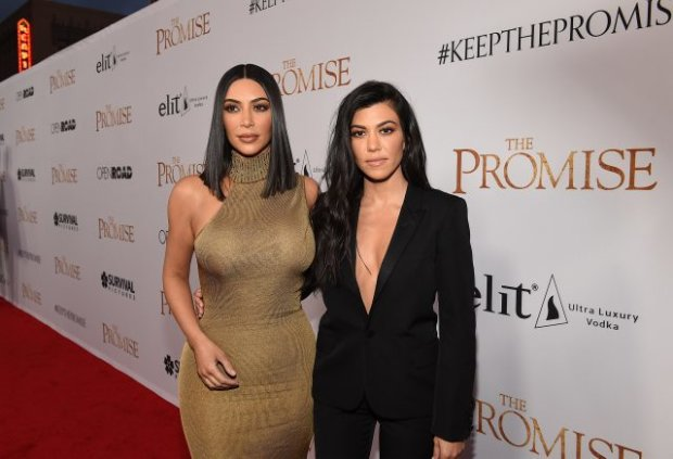 Сестрички Кардашьян опозорились на красной дорожке: грудь вывалилась из платья